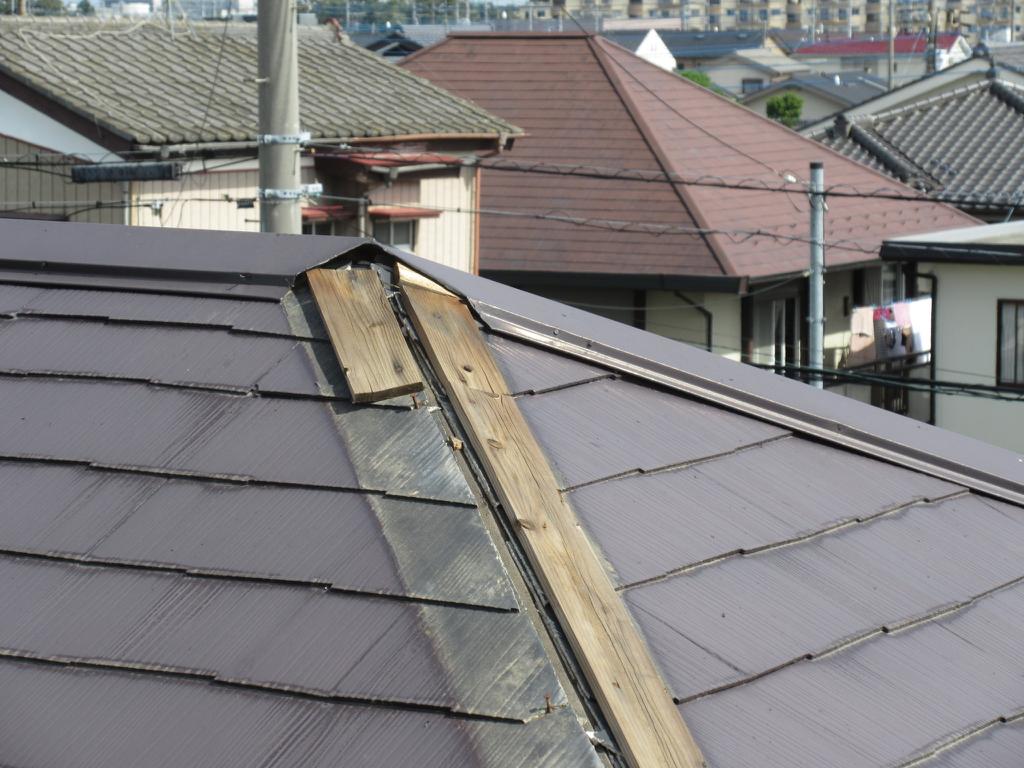 高所作業カメラの画像で台風による屋根の破損を発見
