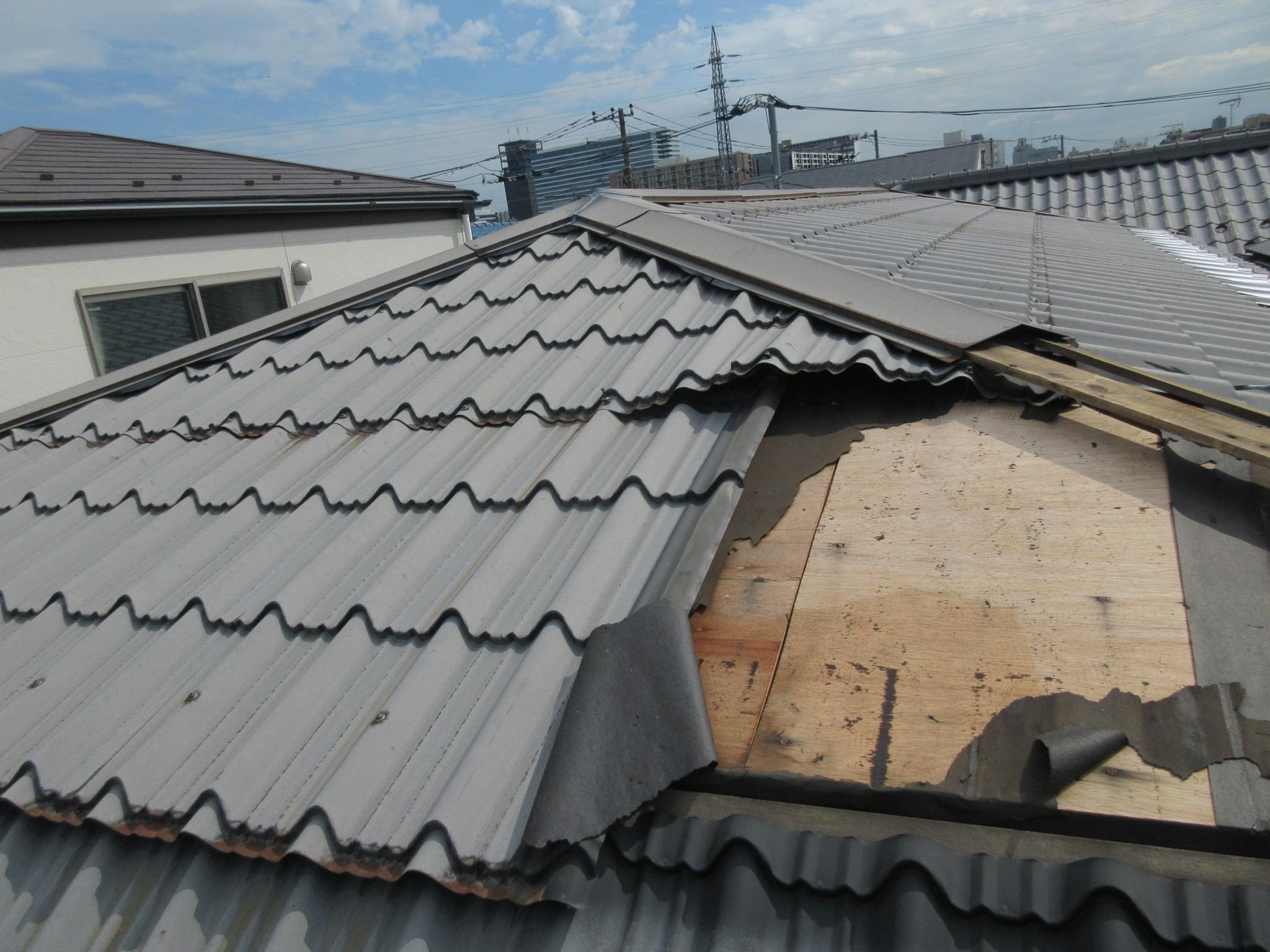 台風で屋根が飛び雨漏り発生